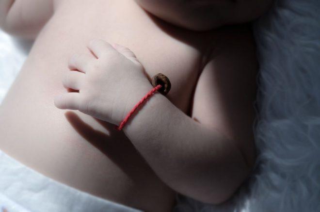 Красная нить на запястье: как правильно завязать и носить, что означает и зачем она нужна