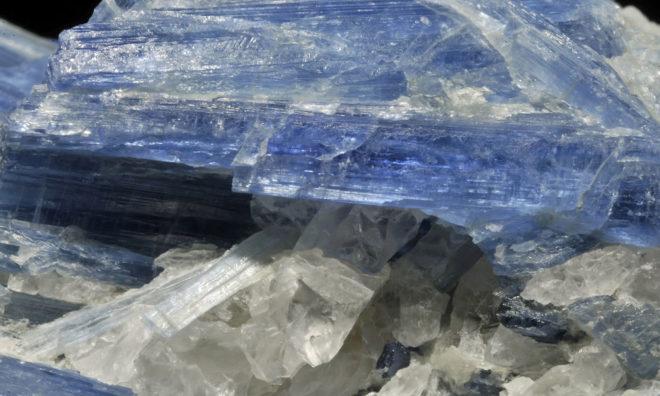 Камень кианит и его магические свойства по знакам Зодиака